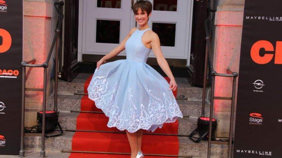 """Mit diesem schönen Tanzkleid könnte auch sie direkt aufs Parkett steigen: Schauspielerin und Musicaldarstellerin Isabell Horn (""""Alles was zählt"""")."""
