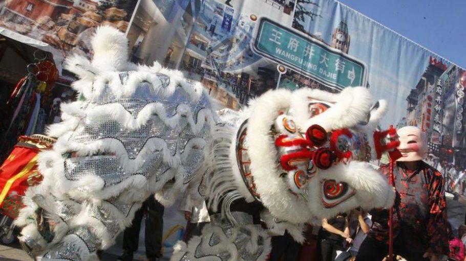 """So sieht es aus, wenn das traditionelle Chinesische Neujahrsfest gefeiert wird - oder dsa Sommerfest """"Summer In The City"""" am Kurfürstendamm steigt."""