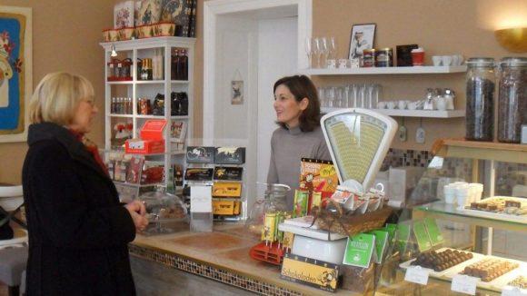 Inhaberin Arzu Araee berät ihre Kunden ganz individuell zu Geschenk-Ideen und persönlichem Schokoladengeschmack.