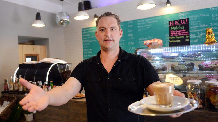 """Willkommen! Der Schauspieler Christian Kahrmann kann nicht nur Kaffee kochen - wie hier in seinem Café """"Kahrmann's Own"""" im Bötzowviertel. Er möchte allen Interessierten ab sofort sein Berlin in einer rund 2,5-stündigen Führung zeigen."""