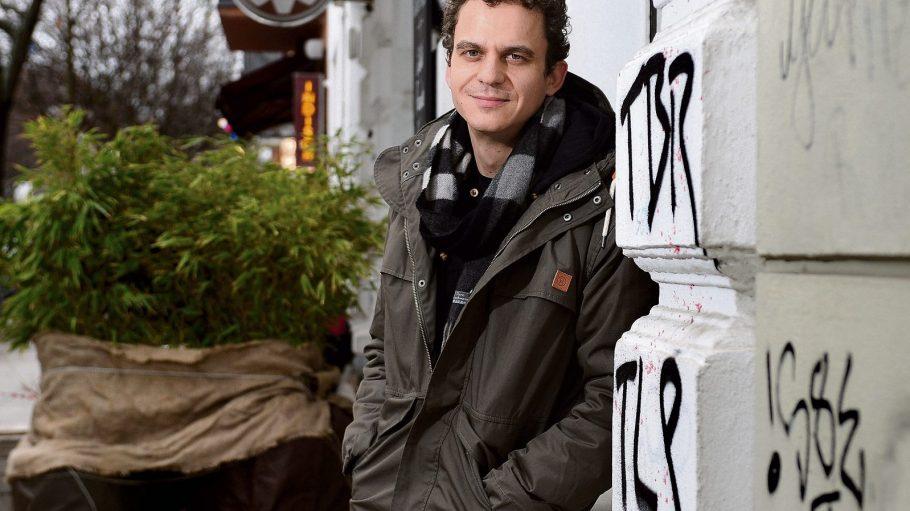 Das ist der Herr der Kurznachrichten. Christian Huber, a.k.a. Pokerbeats, wohnt in Prenzlauer Berg und schreibt inzwischen auch für Jan Böhmermann.