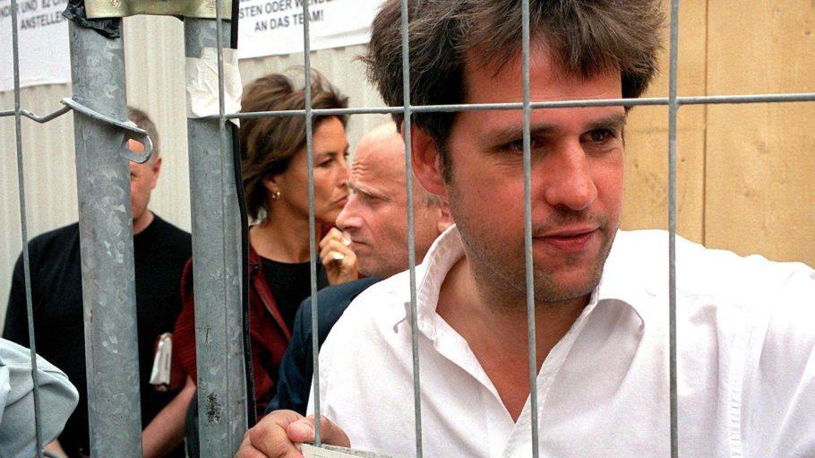 """Eine seiner provokantesten Aktionen hieß """"Bitte liebt Österreich"""": Christoph Schlingensief hinter dem Gitter seines 'Abschiebe-Containers' in Wien."""