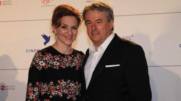 Frühlingshaft blumig kam Schauspielerin Martina Gedeck. Neben ihr Regisseur und Lebensgefährte Markus Imboden.