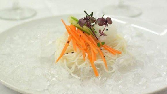 Eigentlich ein Sommergericht in Japan ist der Nudelsalat auf Crash-Eis-Bett. Für Kitchen-Gallery-Inhaberin Tainá passt er perfekt zum Winter und damit auch zum vierten Gang des Menüs.