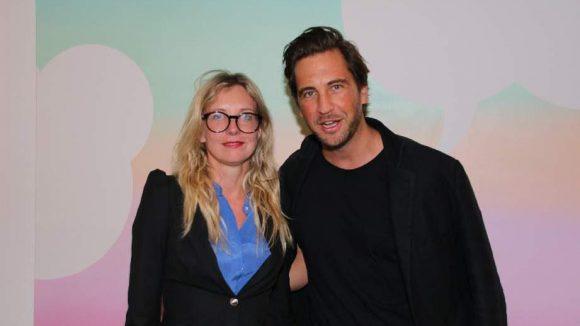 Die Zeit der großen Brillen ist noch nicht vorbei: Designerin Jette Joop mit Galerist Johann Haehling von Lanzenauer, dem die Circle Culture Gallery gehört.