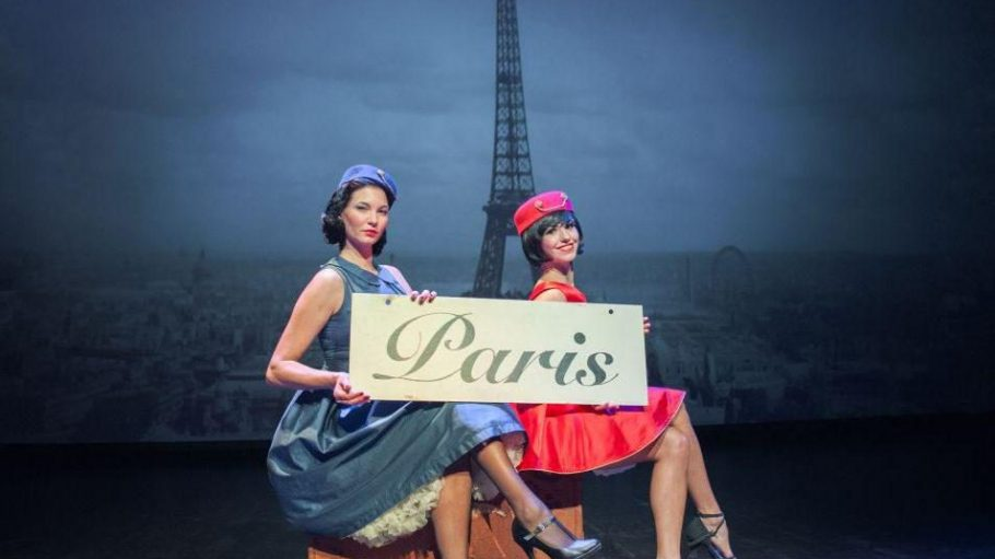 Diese beiden Damen sitzen auf gepackten Koffern, um in Paris eine Nacht voll Akrobatik, Burlesque und Gesang zu erleben.