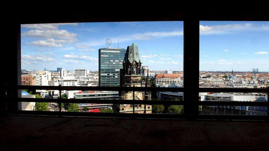 Dit is' Berlin. West-Berlin, aufgenommen aus dem neuen Hotel Waldorf Astroia. Vorn die Spitze der Gedächtsniskirche und hinten: das Europa-Center.