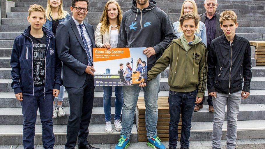 Junge Ideen für eine saubere Stadt sucht die BSR nun zusammen mit Robert Harting (Mitte).