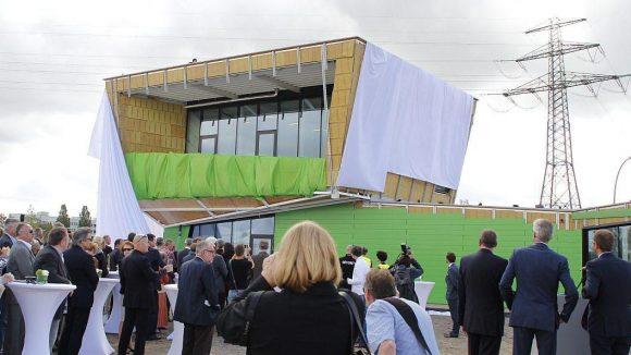 """Mit der Enthüllung eines der ersten Gebäude auf dem CleanTech-Areal wurde am 2. September 2015 der neue """"Business Park"""" eröffnet."""