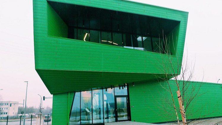 Grün und modern: So sieht sich der Bezirk Marzahn-Hellersdorf mit seinem neuen CleanTech Business Park. In dessen Info-Pavillon fand die Jahrespressekonferenz des Bezirksamts statt.