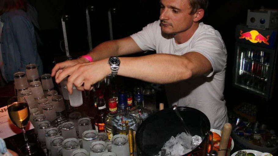 Hinter der Bar für die Drinks zuständig: Schauspieler Florian Lukas.