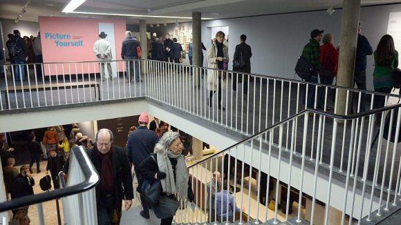 Die Ausstellungsfläche erstreckt sich in den neuen Räumlichkeiten von C|O Berlin über zwei Stockwerke.