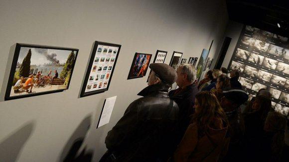 Die Ausstellung von Bildern bekannter Magnum-Fotografen neben deren Kontaktbögen gehört zum Auftakt zu den Highlights im Amerika Haus.