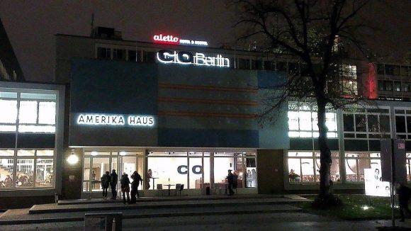Aufgefrischter Fünfzigerjahre-Stil, nachts hell beleuchtet: Das Amerika Haus mit der Fotogalerie C|O Berlin in der Hardenbergstraße.