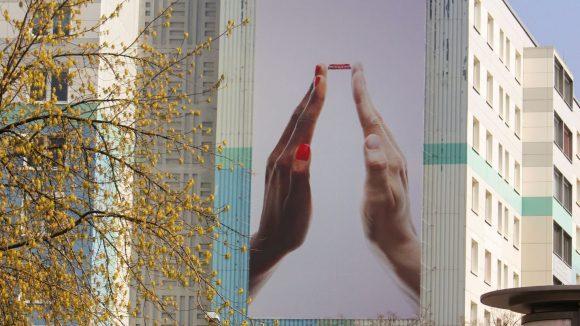 Puristisch und perfekt zugleich. Starfotograf David LaChapelle inszeniert die Coca-Cola Flasche anlässlich ihres 100. Geburtstages.