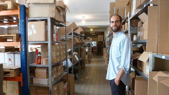 Hannes Fendrich führt durch die Lagerräume - Coffee Circle verkauft auch Zubehör zum Kaffeebrühen, unter anderem von japanischen Herstellern.