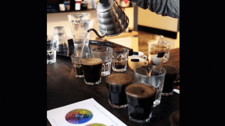Im Café CK in Prenzlauer Berg finden wöchentliche Coffee Cuppings statt.