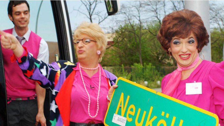 Comedy Bus Tour mit Edith Schröder (l.), Berlins berühmtester Hartz-8-Empfängerin oder der attraktiven Kneipenwirtin Jutta Hartmann (r.)