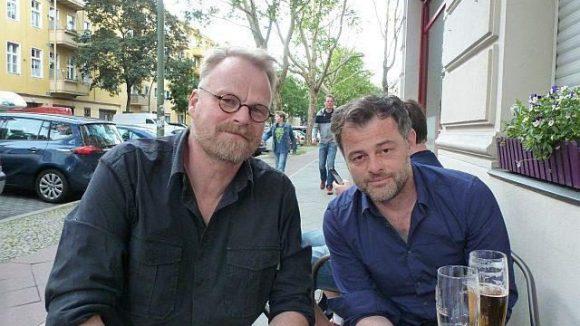 Autor Jörg Ulbert (links) und Zeichner Jörg Mailliet lassen sich ein Bierchen schmecken. Es ist nur konsequent, dass die Idee zum Comic in einer Kneipe entstanden ist.