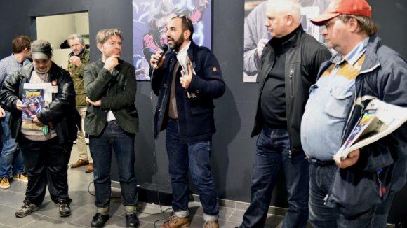 Robert Krause, einer der Geschäftsführer von Scholz & Friends (2.v.l), Moderator des Abends und Schauspieler Adnan Maral (Mitte) und der Chefredakteur des Straßenfegers Andreas Düllik (2.v.r.) mit zwei Mitarbeitern des Straßenfegers.