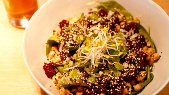 Nicht nur gesund, sondern auch super lecker: Salat mit Blattspinat, Kichererbsen, mariniertem Kürbis und Karotte, Avocado und roter Beete.
