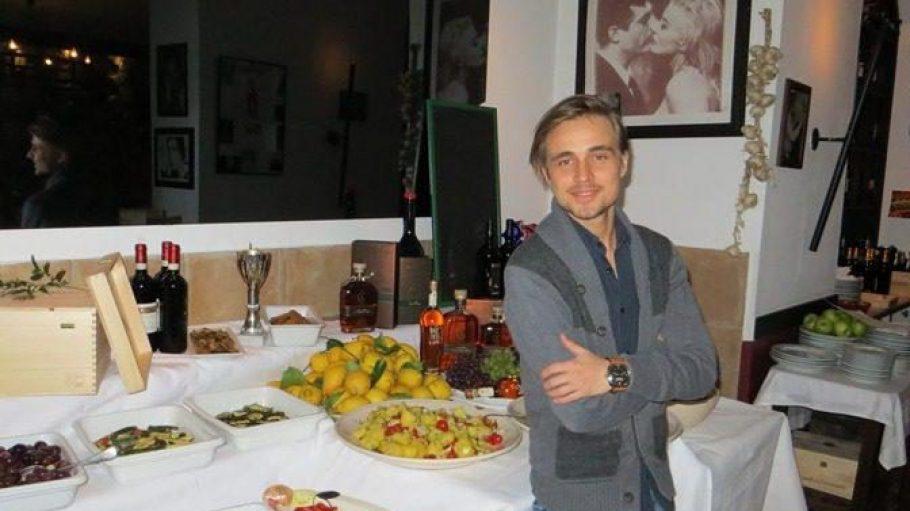 Constantin von Jascheroff vor dem leckeren Antipasti-Buftet im La Cantina.