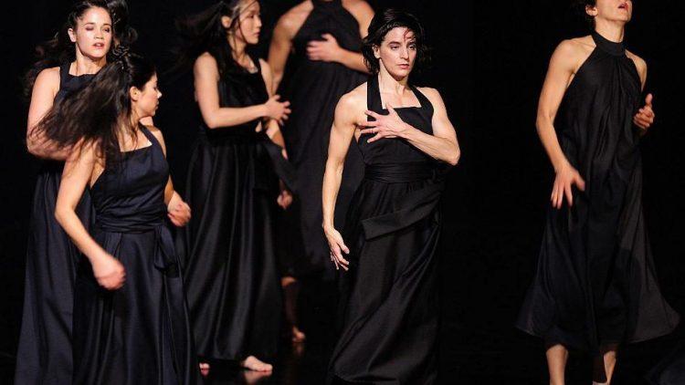 """Tänzerinnen proben das Stück """"Continu"""" von Sascha Waltz."""