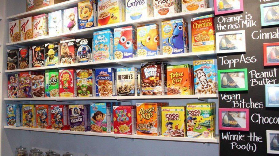 """Ob """"Captain Crunch"""", """"Reeses Puffs"""" oder Film-Sondereditionen: """"Flakes Corner"""" stillt deinen Heißhunger auf internationale Cornflakes."""