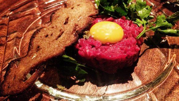 Gelungener Auftakt eines perfekten Dinners im Restaurant Crackers: Tartar vom Rinderfilet mit Landei und gebratenem Brot.