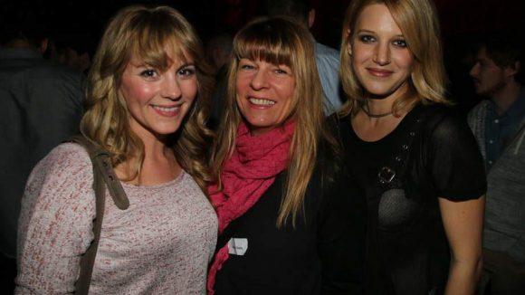 """Luise Bähr (l.) und Eva-Maria Grein von Friedl (r.) sind beide in """"Männer! Alles auf Anfang"""" zu sehen. In ihrer Mitte: ihre Maskenbildnerin."""
