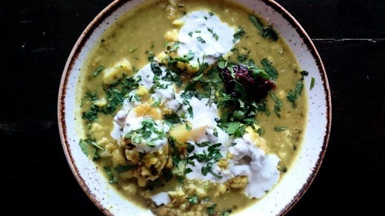 Leckere Bowl: Blumenkohl-Linsen-Curry mit Kartoffeln, Kokos und Dattel-Chutney zum Lunch im Michelberger Restaurant.