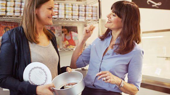 """Gemeinsam mit ihrer Tochter Esmé Barcomi führt sie das Familienunternehmen und die Marke """"Cynthia Barcomi Kitchenware - Made to last alifetime""""."""