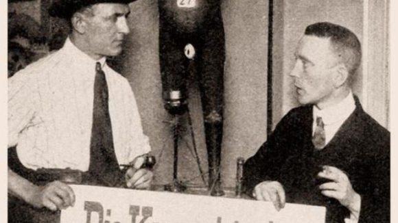 Grosz und Heartfield bei der Dada-Messe, Berlin 1920. Im Februar kehrt ihr Werk mit einer Ausstellung nach Kreuzberg zurück.