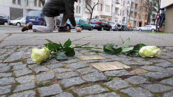 """Steine des Anstoßes. An der Dahlmannstraße will der Vermieter die """"Stolpersteine"""" für NS-Opfer entfernen. Ein Zeichen dagegen setzt hier Helmut Lölhöffel von der Gedenk-Initiative."""
