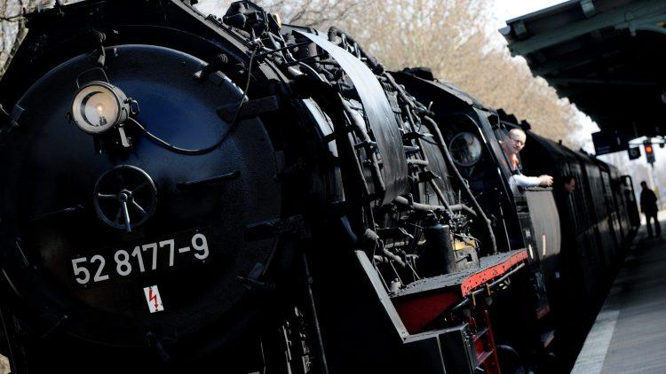 Die 140 Tonnen schwere Else wartet am Bahnhof Lichtenberg auf ihre Passagiere.