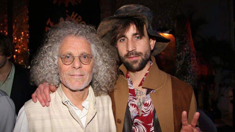 Die legendäre Vorfashion-Week-Party von Dandy Diary-Blogger David Roth (rechts) fand in diesem Jahr in einem leerstehenden Haus in Kreuzberg statt. Dress-Code: Hippie. Dafür brauchte sich Kommune-1-Mitglied und Langzeit-Hippie Rainer Langhans (links) nicht extra umziehen.