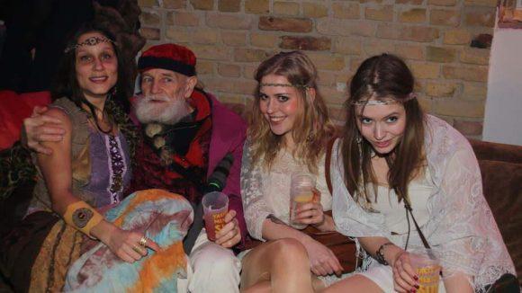 FürBernhard Enste alias Der Komet war es sicher auch nicht schwer, die passenden Klamotten zu finden. Im Schlepptau hatte der 67-jährige Nachtschwärmer mal wieder ein paar Damen, die seine Enkelinnen sein könnten.