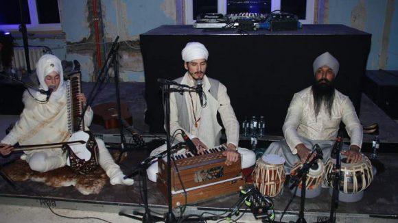 Gefeiert wurde stilecht zu indischerSitarmusik.