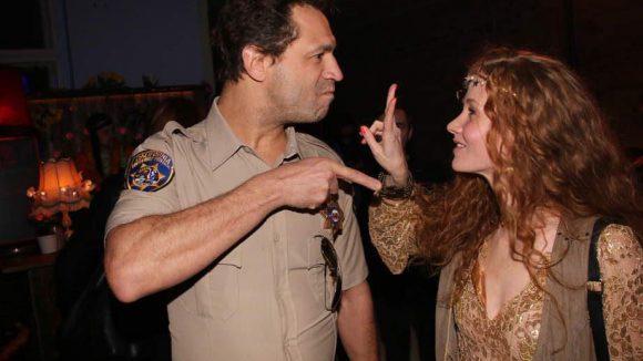 """Auf frischer Tat ertappt: Was Sheriff """"Evil"""" Jared Hasselhoff wohl in der Tasche von Hippie-Mädchen Sina Valeska Jung vermutete?"""