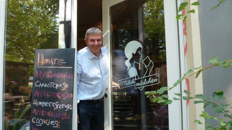 Einen der neueren Läden in seiner Nachbarschaft, das Milchmädchen, empfiehlt Biskup wegen des guten Kuchens.