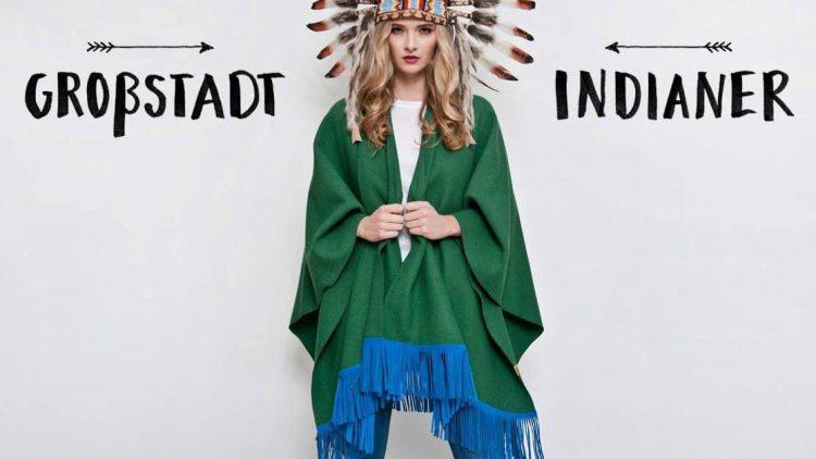Capes sind das perfekte Outfit für eine Stadt wie Berlin. Gerne auch in Kombination mit Federschmuck.