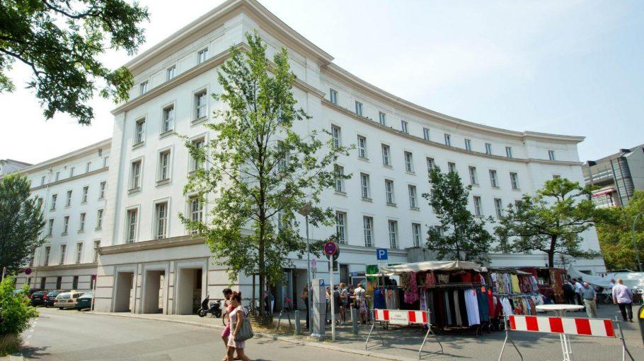 Das ehemalige Rathaus Wilmersdorf, hier am Dienstag mit dem Wochenmarkt davor, steht derzeit leer.