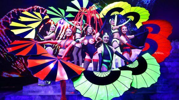 Eine faszinierende Bühnenshow mit Kostümen des Designers Jean Paul Gaultier – und das ganze für nur fünf Euro.