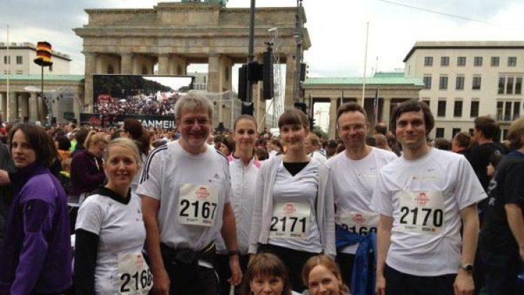 Das Team von BFB und die drei QIEZ-Redakteure Evi Trieba (3. von rechts), Nikolaus Triantafillou (rechts) und Tina Gerstung (unten rechts) vor dem Lauf.