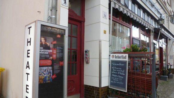 """Den schmalen Einganz zum Schlossplatztheater findet man neben der Alt-Berliner Restauration """"Zur Alten Laterne""""."""