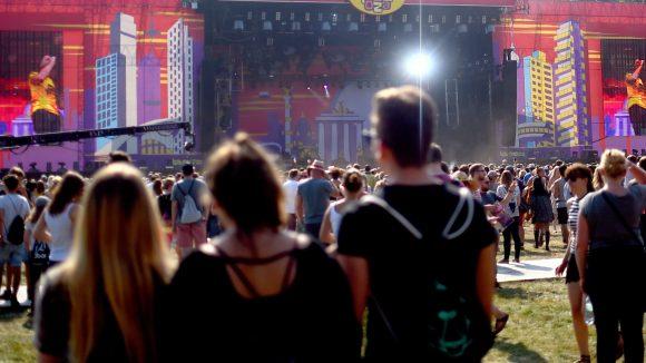 Im letzten Jahr kamen 70.000 Besucher täglich zum Lollapalooza Berlin, jetzt steht die Rennbahn Hoppegarten als neue Heimat fest.