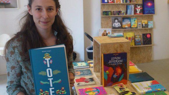 """Emilie Doerflingers Buchladen-Café """"Totem"""" ist spezialisiert auf Bilderbücher, grafische Romane und Comics."""