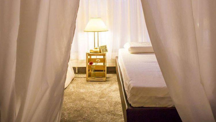 Im Nickerchen verfügen die Schlafnischen über bequeme Matratzen, weiteres Schlafequipment und sind durch Vorhänge voneinander getrennt.