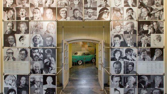 """Im Foyer des Ephraim-Palais werden Besucher der Ausstellung """"West:Berlin"""" von prominenten Berliner Köpfen empfangen."""