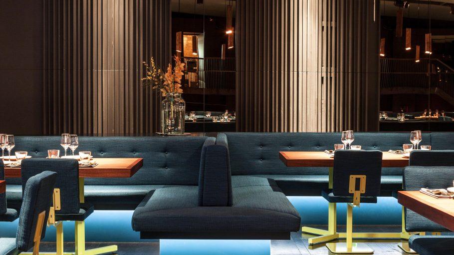 Das Restaurant von innen - gedeckt beleuchtet.